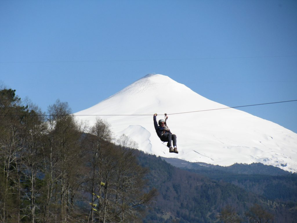 Canopy en pucon frente al volcan villarrica. que hacer en pucon