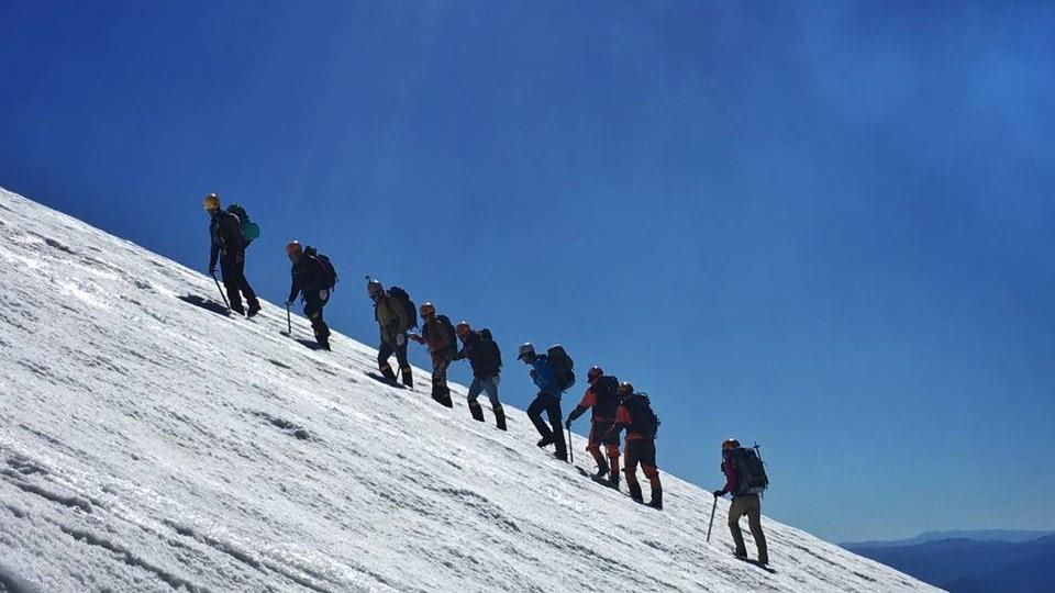 Trekking en volcán Villarica, Pucón. Grupo de personas por la nieve